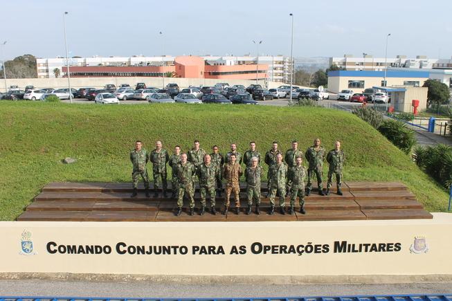1. foto di gruppo di fronte al comando