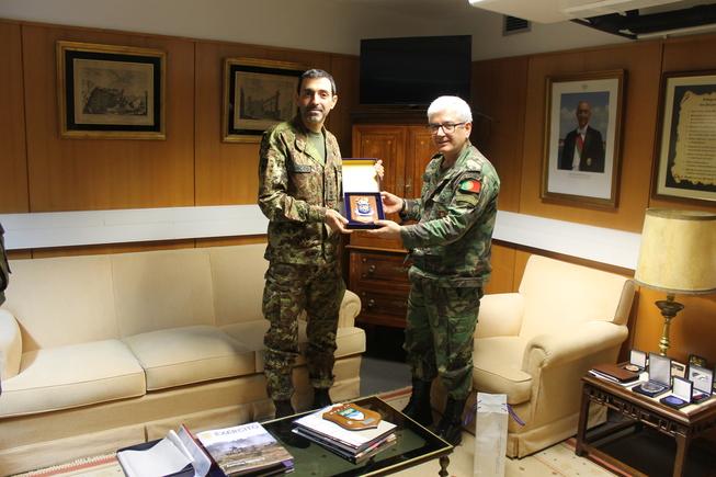 4. scambio di doni tra il generale serronha e il colonnello vitali