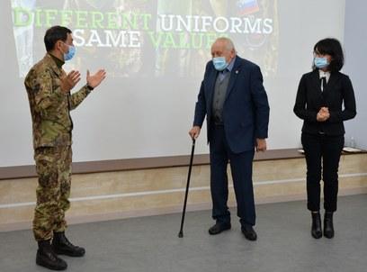 4  il comandante del mncg  il presidente della fondazione e la direttrice scolastica durante la cerimonia