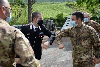 4. il comandante del mncg  col.zuzzi saluta il cte della sezione cc di comalp che ha partecipato ad un gioco di ruolo