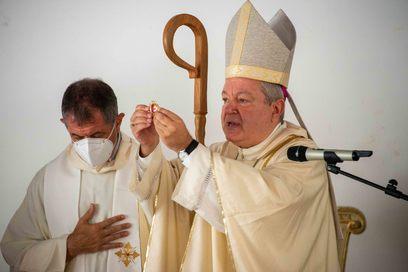6. monsignor marcian%c3%b2 celebra la messa