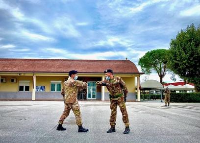 7. saluto tra il comandante del mncg e il ten.col. dell'anno  nuovo cte del btg cimic
