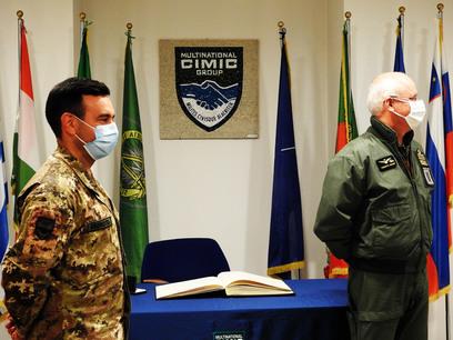 5. il generale candotti %28a destra%29 e il comandante del mncg %28a sinistra%29 durante la visita
